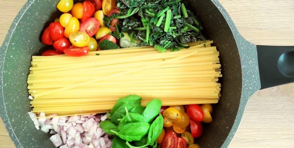 Eine Pfanne mit allen Zutaten für die One Pot Pasta