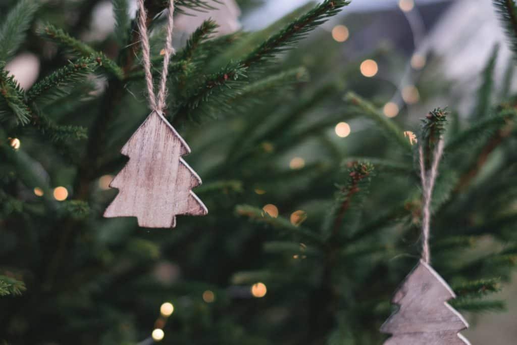 christbaum-mit-anhänger-aus-holz