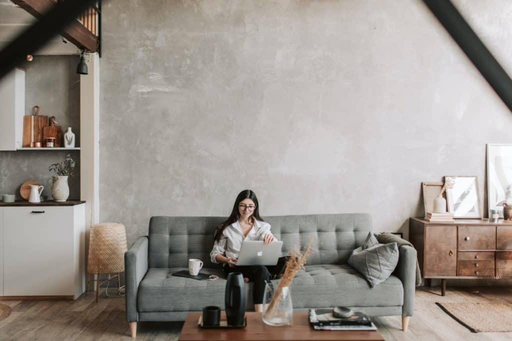 Sofa-Laptop-gut-angezogen