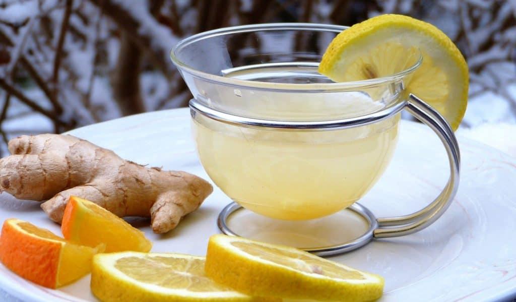 Ingwertee und Zitrone