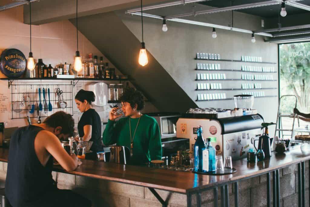 Menschen_in_Hipster-Cafe